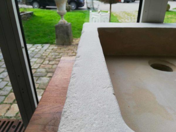 évier en pierre mera beige adouci carré détails zoom de la pierre