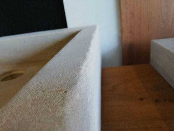 évier en pierre naturelle mera beige adouci avec zoom sur le détail de la pierre