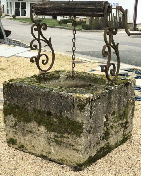 ferronnerie à volutes du puits ancien