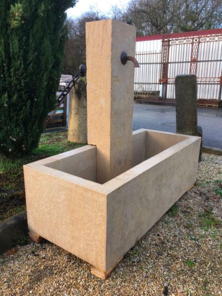 grosse fontaine avec bac et colonne bouchardé