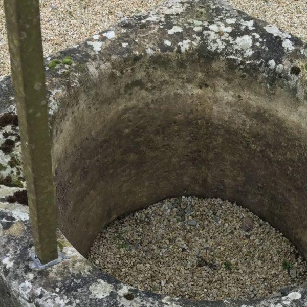 intérieur du puits ancien en pierre