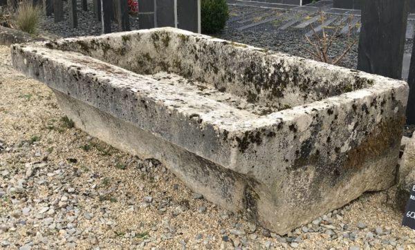 lavoir de grande taille en pierre ancienne