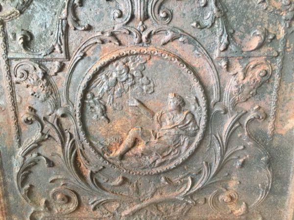 médaillon avec femme et ange sur la plaque ancienne