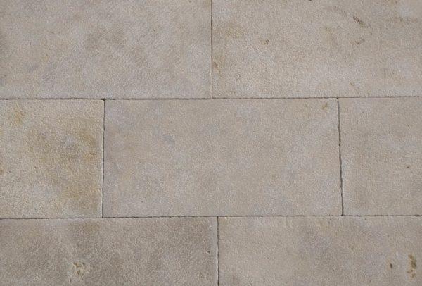 parement en pierre mera beige avec une finition mixte