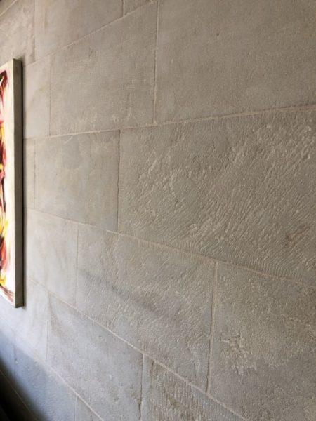 parement en pierre naturelle beige avec ses détails au mur