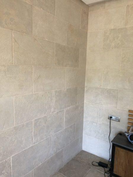 pierre naturelle beige neuf dans un angle