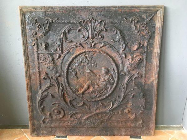 plaque de cheminée ancienne avec un médaillon représentant femme et ange