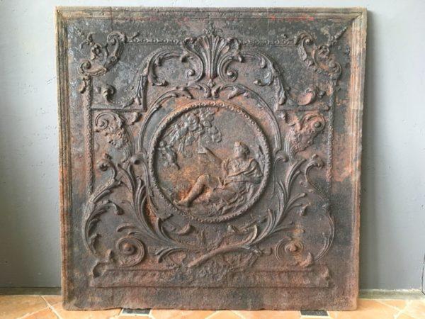 plaque en fonte de la cheminée ancienne avec un ange