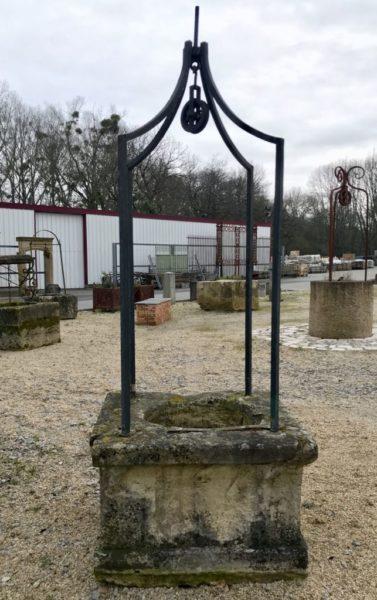 puits ancien en fer forgé avec ses 4 pieds
