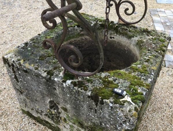 puits ancien avec ferronnerie comprises