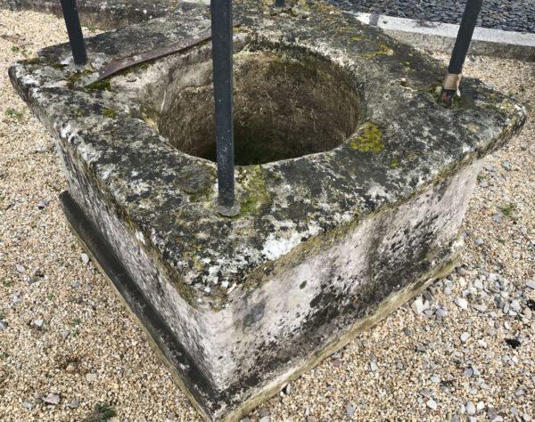 puits ancien en pierre calcaire à 4 pieds