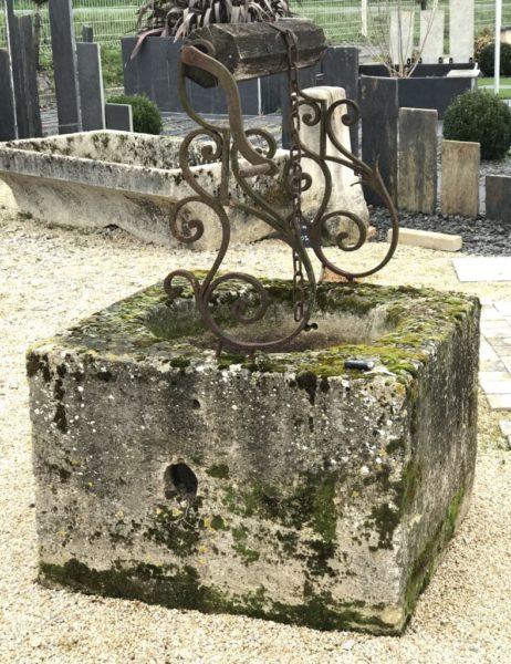 puits carré avec ferronnerie ancienne