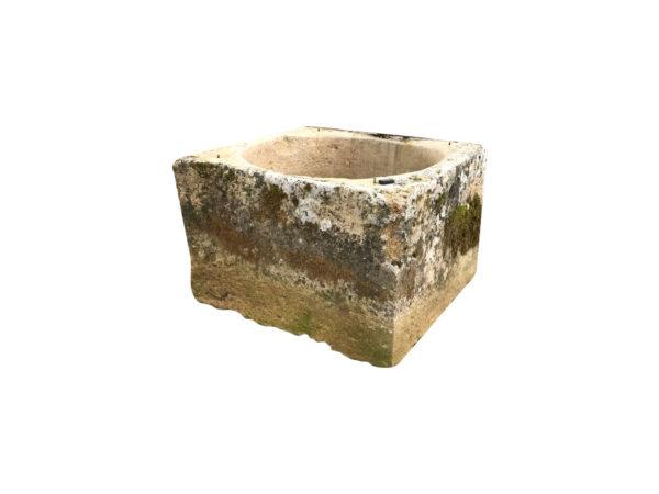 puits carré en pierre calcaire ancienne