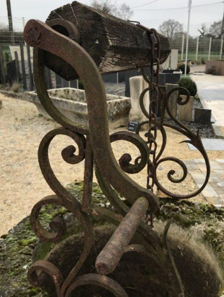 puits décoratif français avec des volutes forgé