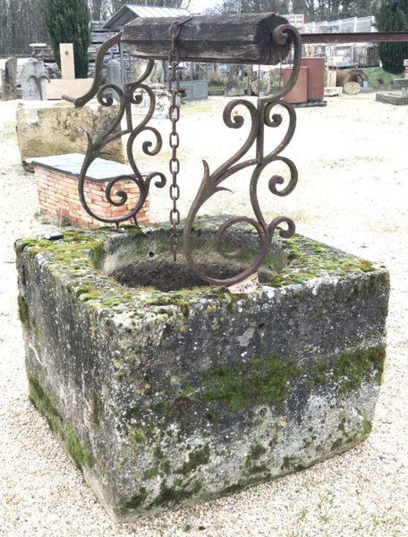 puits en pierre calcaire carré avec ses ferronnerie