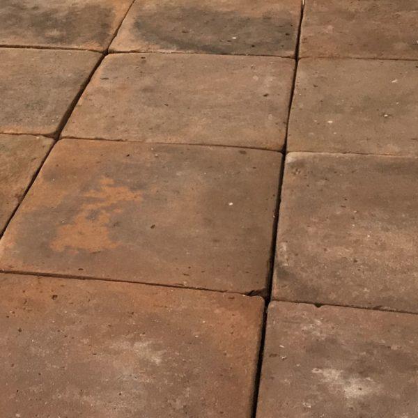 sol ancien en terre cuite composé de grands carreaux