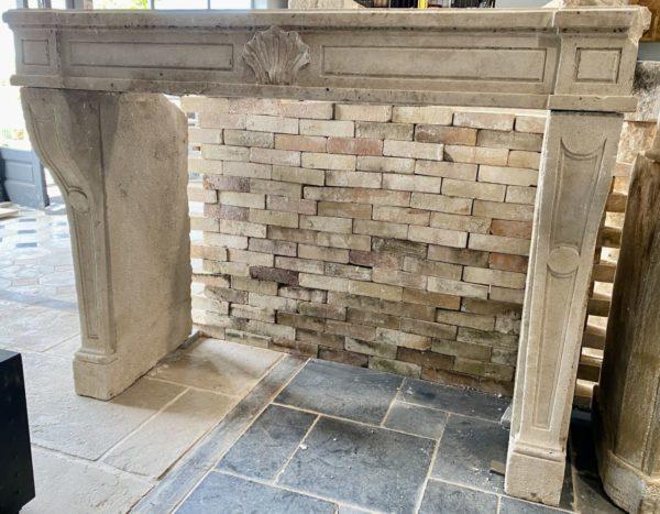 Cheminée en pierre régence louis XIV