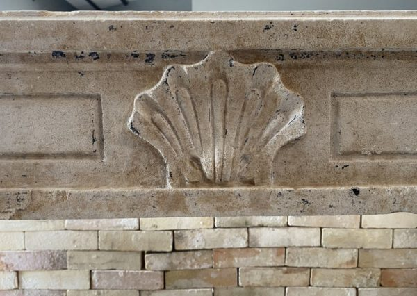 sculpture d'une coquille sur la cheminée du XVIII ème siècle