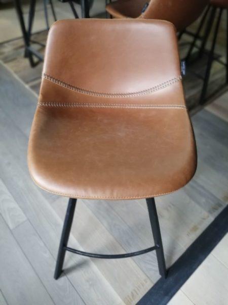 chaise haute de style ancien en cuir