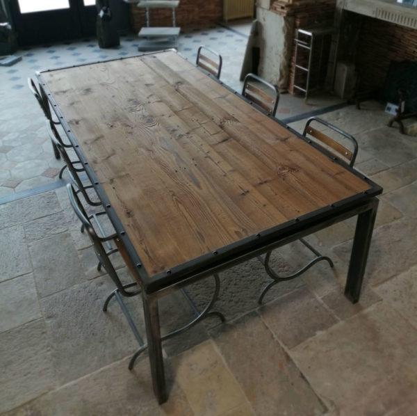 grande table en métal avec son plateau
