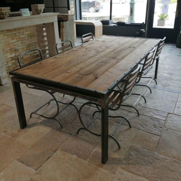 grande table en métal avec plateau en sapin
