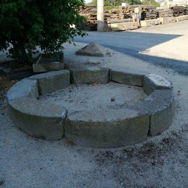 séléction de pièces en granit pour la creation d'un tour d'arbre