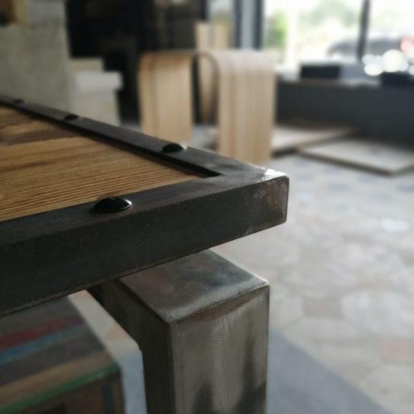 table en métal avec plateau en sapin