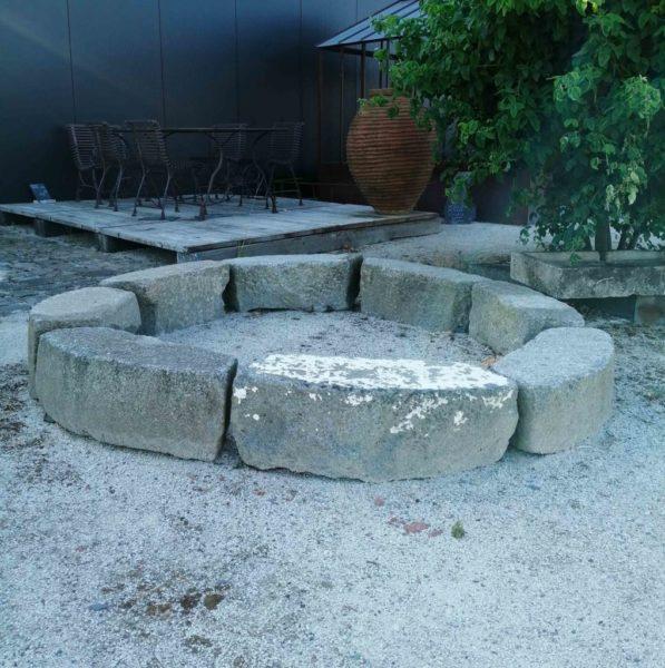 Tour d'arbre avec des pièces de granit