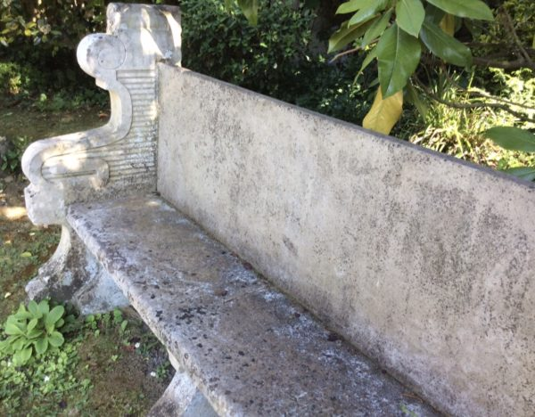 Banc ancien en pierre du Chateau du Grand Launay
