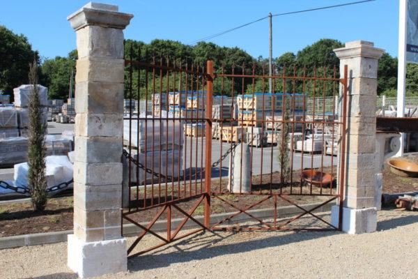 paire de piliers en pierre antique