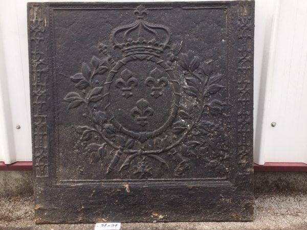 plaque ancienne avec un médaillon couronné et fleurs de lys