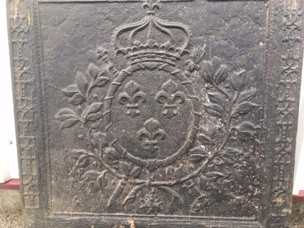 plaque ancienne couronné avec trois fleurs de lys