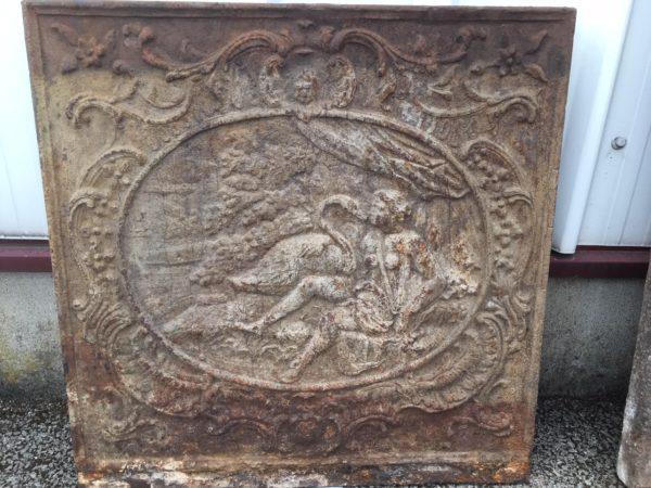 plaque ancienne en fonte avec femme et cygne