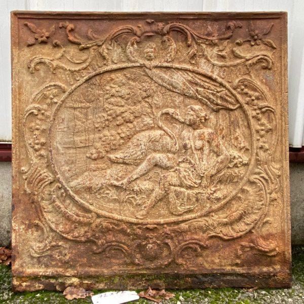 Plaque de cheminée ancienne avec une femme et un cygne