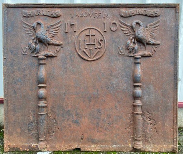 plaque de cheminée avec détails des colonnes