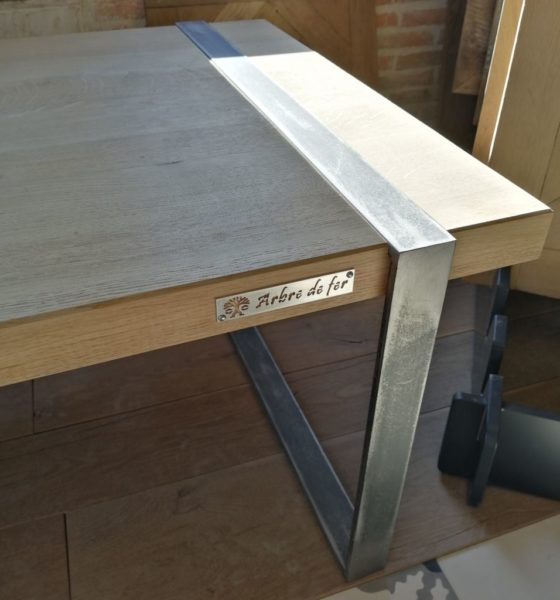 table en bois et métal style moderne