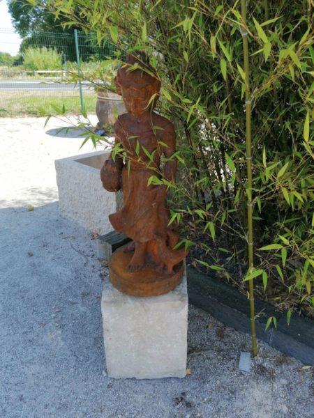 ancienne statue représentant une jeune fille