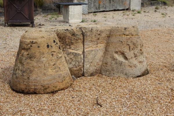 chasse roue en pierre ancienne