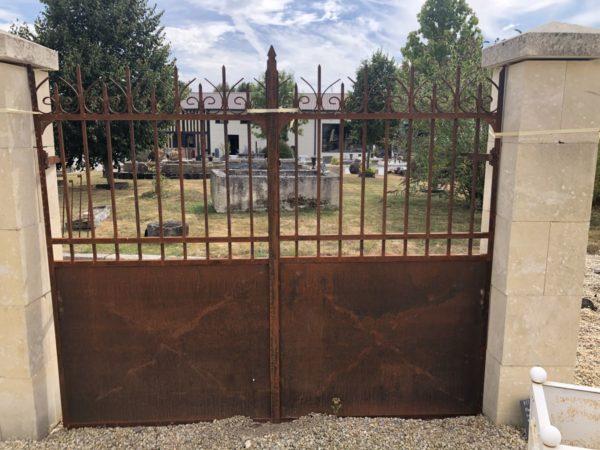 entré de maison avec portail en fer ancien