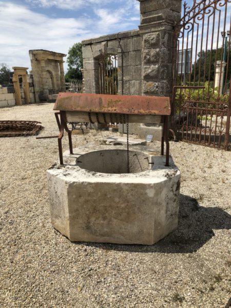 puits avec pouli ancien en pierre