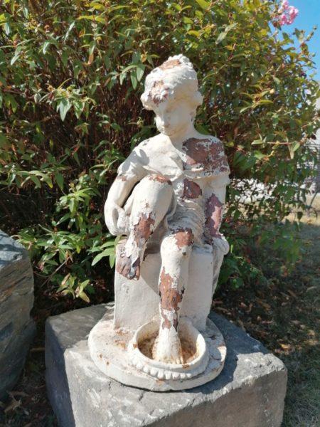 statue ancienne d'une baigneuse