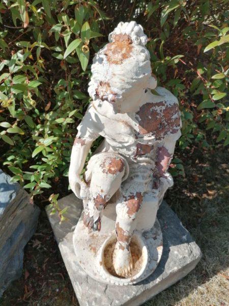 statue d'une baigneuse avec peinture blanche