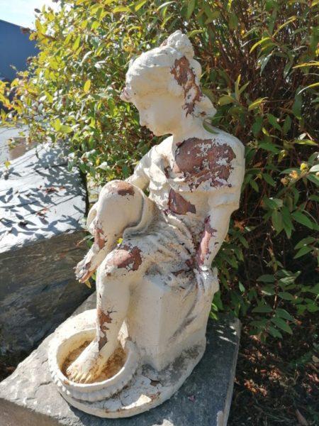 statue de femme baigneuse ancienne à Mery-corbon