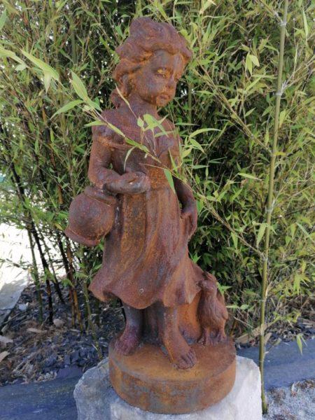 statue d'une jeune fille