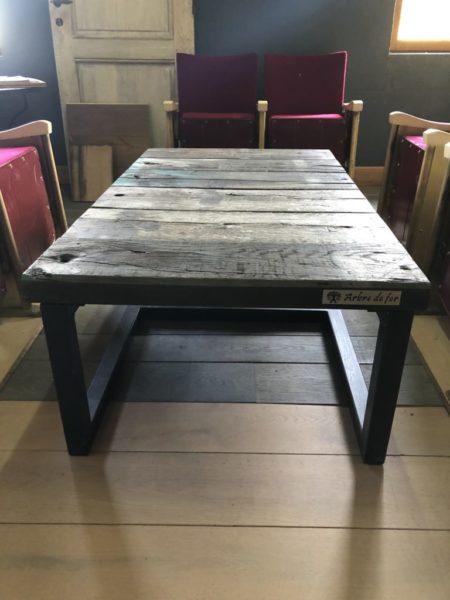 table basse en bois ancien avec du fer