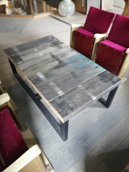 table basse en bois avec marques blanches anciennes