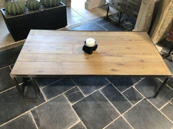 table basse neuve avec un plateau en chêne
