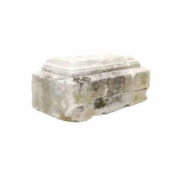 socle en pierre calcaire ornée