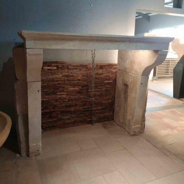 cheminée ancienne en pierre calcaire campagnarde