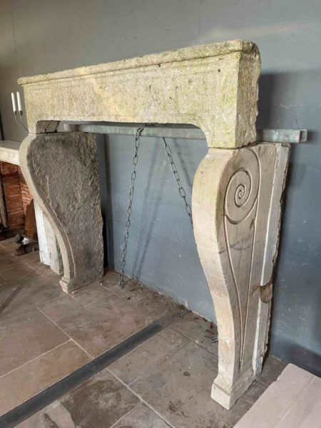 cheminée en pierre calcaire et motifs